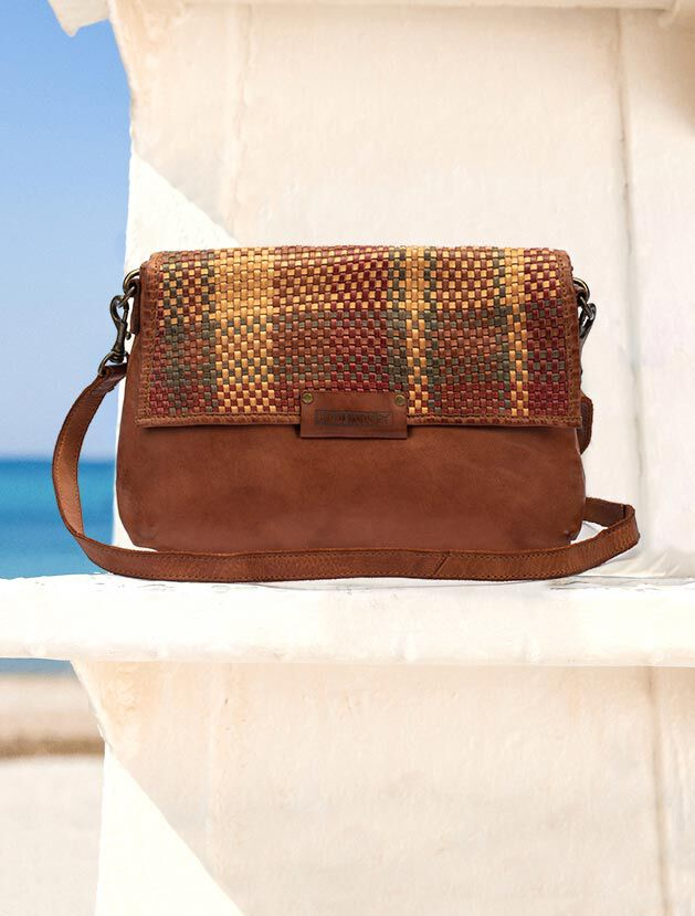 Meleja WHA-1027. Leather shoulder bag with flap with raffia-type weft.