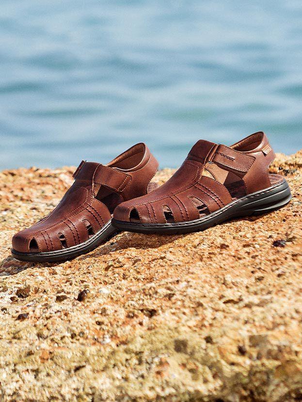 Calblanque M8T-0072. Sandalias estilo cangrejeras de hombre cómodas, sencillas y versátiles con cierre adherente.