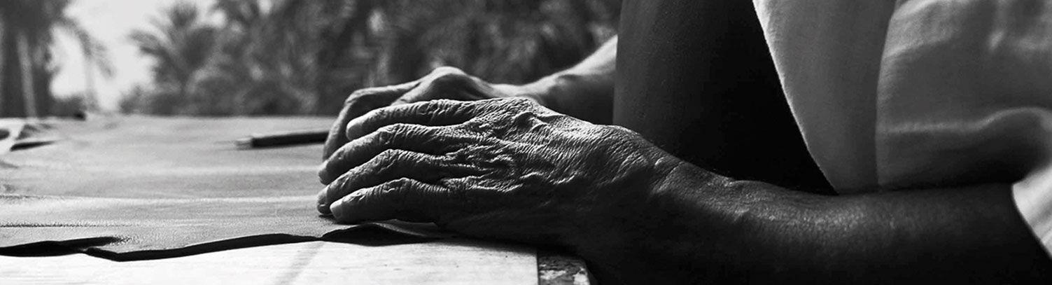 Unas manos trabajando con Pieles Pikolinos