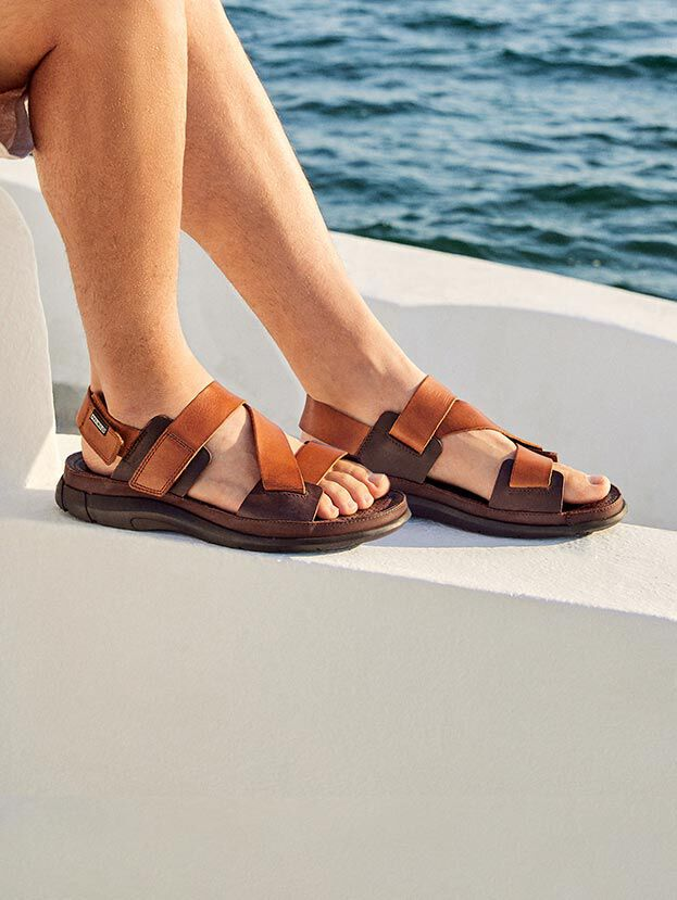 Oropesa M3R-0058C1. Comfortable, simple and versatile men's crab-style sandals with adhesive closure.