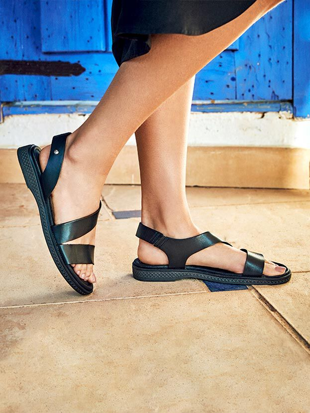 Moraira. W4E-0834. Flat leather sandals with strap fastening on the back and padded insole.