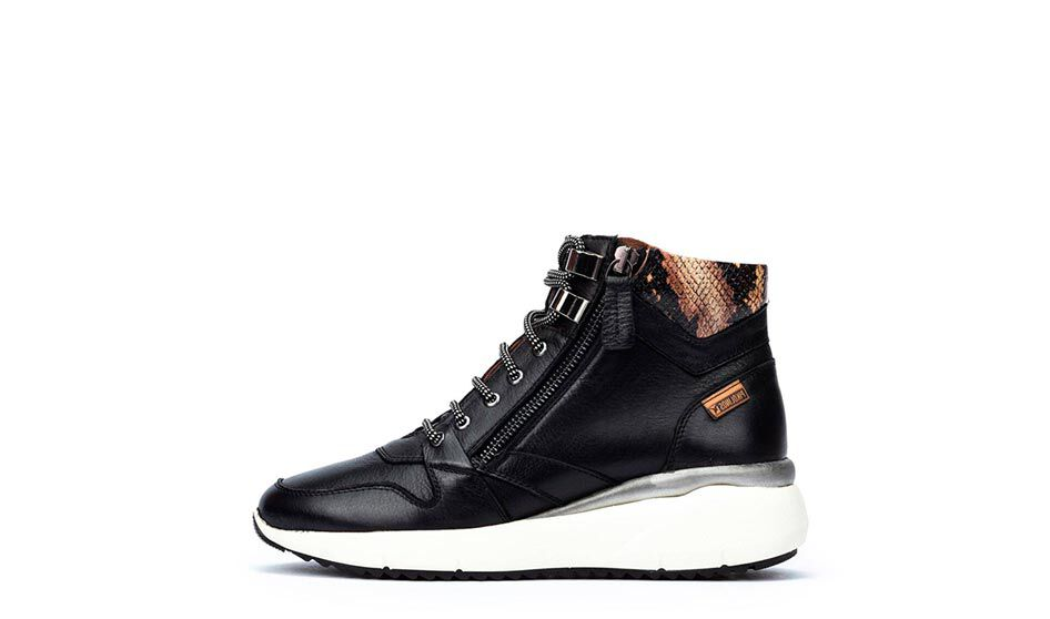 Low-cut sport leather ankle boots that are made of 100% cowhide leather. Its lace-up closure gives your feet excellent support at all times, while the thick sole stylizes your figure and modernizes your look.