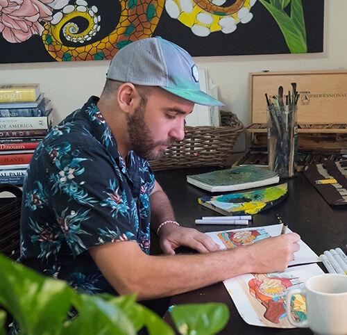 Imagen de Davel pintando en su estudio