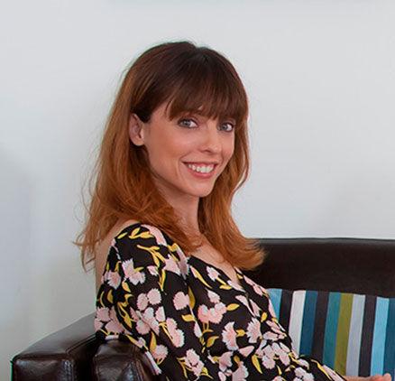 Imagen de Leticia Dolera sonriendo con camisa de estampado floral