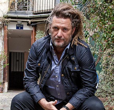 Imagen del artista polifacético Oliver Delacroix sentado