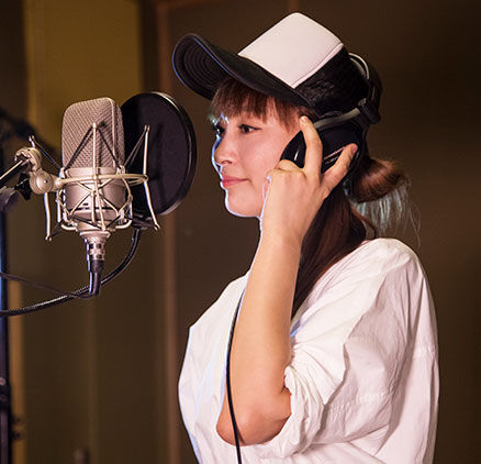 Imagen de la cantante Bai Ruoxi en el estudio de grabación