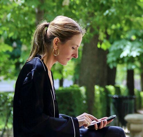 Imagen de Laura Somoza sentada en un parque