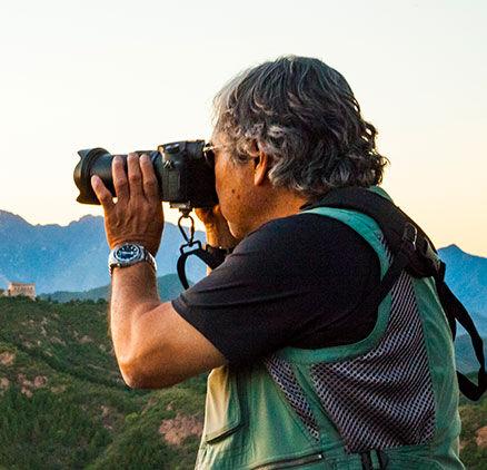 Imagen de Michael Yamashita tomando fotos en la montaña