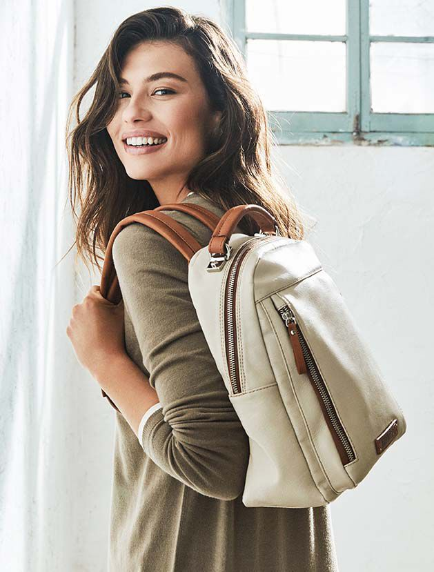 Morella WHA-762. Leather backpack for women with side zippers.